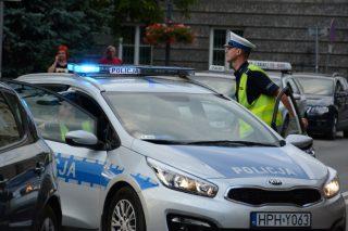 Policjanci pilotowali samochód z rannym