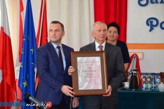 Medal pro Mazovia dla przewodniczącego, radni z dyplomami