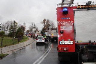 """Droga w kierunku Mławy zablokowana. Zderzenie samochodu osobowego z """"Tirem""""."""