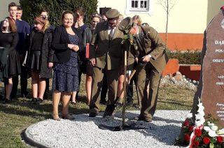 Ratowo. W stulecie odzyskania niepodległości Polski ustawiono obelisk i posadzono dąb
