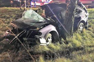 Przasnysz. Mazda uderzyła w drzewo, 21-letni kierowca nie żyje