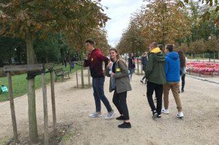 Uczniowie sprawdzali znajomość tabliczki mnożenia u spacerowiczów w parku