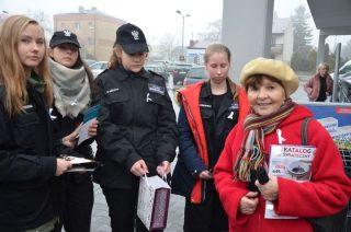 Przypinali białe wstążki przechodniom – to kampania przeciwko przemocy wobec kobiet