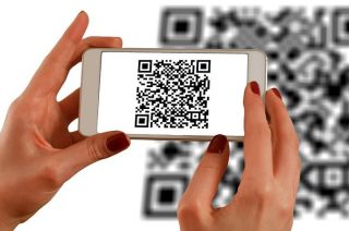 Uwaga na naklejki na bankomatach z QR kodami!