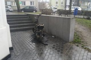 Spalony skuter stał przez pół dnia na ulicy