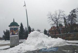 Śnieg najwygodniej spychać na miejsca parkingowe dla niepełnosprawnych