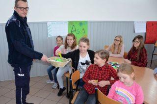 O bezpiecznych feriach i Internecie z dzielnicowym w Lipowcu Kościelnym