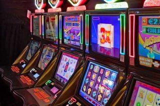 21-letni mławianin okradał automaty płatnicze przy ciechanowskich myjniach. Zrabowaną kasę wydawał w automatach do gry