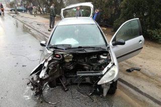 Po uderzeniu w drzewo z auta wyrwało silnik