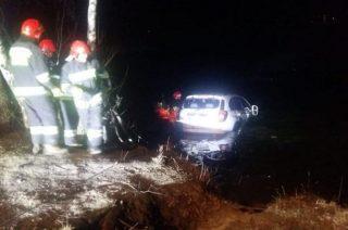 Auto pod wodą. Świeciły się światła, za kierownicą pijana kobieta