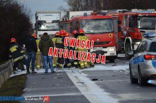 """AKTUALIZACJA: Śmiertelny wypadek na """"siódemce"""" koło Mławy. Trzy osoby spłonęły w aucie."""