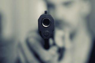 Z toalety ukradł pistolet pozostawiony przez ochroniarza