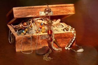 W Mławie zginęła biżuteria, na Targowej ukradli portfel