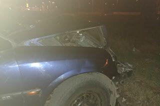 Wgięta bariera, urwany zderzak i porzucone auto