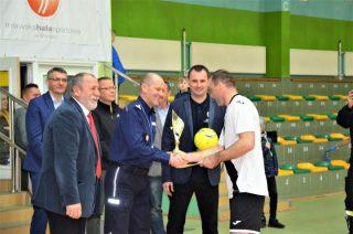 I Turniej Piłki Halowej o puchar Komendanta Powiatowego Policji w Mławie wygrywają strażacy