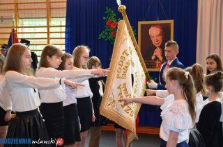 Szkoła Podstawowa w Morawach ma patrona i sztandar [fotorelacja]