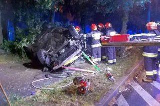 W nocy ukradli auto, potem rozbili je na drzewie