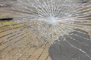 Wybita szyba w szkole w Niedzborzu