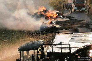Pożar dwóch przyczep ze słomą pod Czernicami Borowymi