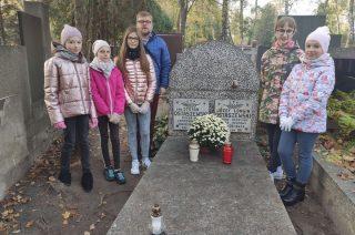 Pojechali na Powązki, by odwiedzić grób patrona szkoły