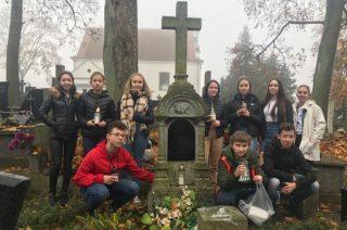Wolontariusze z SP1 pamiętają o grobach przed Zaduszkami