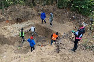 W pobliskich Białutach IPN odnalazł spalone ludzkie szczątki – tzw. grób ciałopalny [zobacz video]