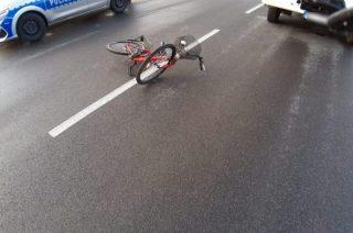 85-letnia rowerzystka wpadła pod opla, którym kierowała 83-latka. Nie przeżyła