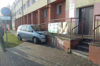 Nietrzeźwy kierowca uderzył autem w budynek szpitala