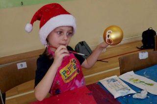 Pięknie ozdobiona bombka miłym prezentem dla dzieci