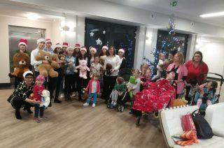 Wolontariusze z ZPO Nr 1 zanieśli świąteczną radość do hospicjum
