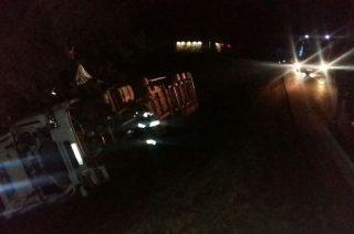 Wypadek pod Mławą. Wywróciła się ciężarówka z pustakami [zobacz foto]