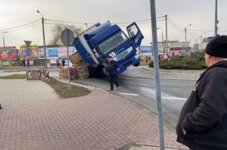 Przewrócona ciężarówka na długo sparaliżowała ruch na rondzie