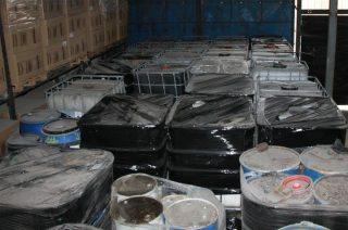 Nieznane odpady magazynowano w hali i zakopano na terenie żwirowni