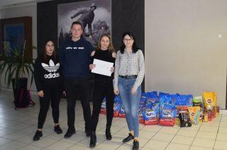 Zebrana przez uczniów mławskich szkół karma trafi do schronisk w Napierkach i Pawłowie
