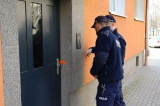Policja sprawdza czy osoby będące na kwarantannie przebywają w domu