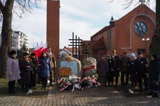 Msza św., znicze i kwiaty pod pomnikiem Żołnierzy Wyklętych