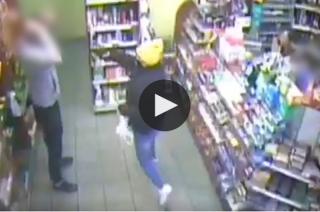 U sąsiadów. 24-latka napadła na sklep z bronią w ręku. Obezwładnił ją przypadkowy klient [zobacz film]
