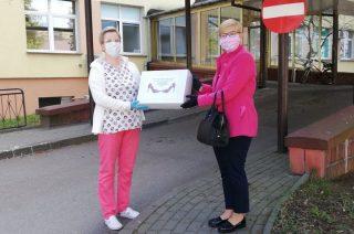"""KGW """"Na Szpilkach"""" przekazało maseczki dla mieszkańców Starej Otoczni i dla szpitala"""