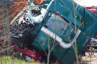 Samochód ciężarowy uderzył w drzewo [foto]