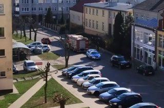 Strażacy i uszkodzony słup oświetleniowy na Długiej