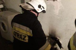 Znów pożar sadzy w kominie. Strażacy gaszą, ale też apelują