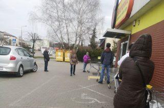 Kolejki ustawiają się przed sklepami. Policja sprawdza przestrzeganie nowych przepisów [zobacz foto]