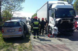 Zderzenie dwóch mercedesów na skrzyżowaniu ulic Szpitalnej i Dobrskiej [zobacz fot.] Aktualizacja