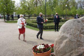 Święto Narodowe Trzeciego Maja w Mławie. Kwiaty pod Dębem Niepodległości