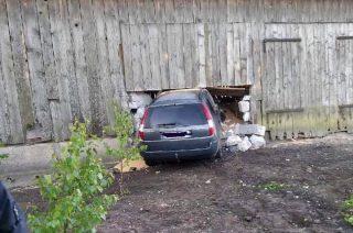 Wbił się autem w stodołę. Potem uciekł