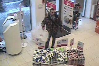To podejrzany o kradzież perfum. Szuka go policja