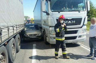 Osobówka między dwoma ciężarówkami. Wypadek na Warszawskiej