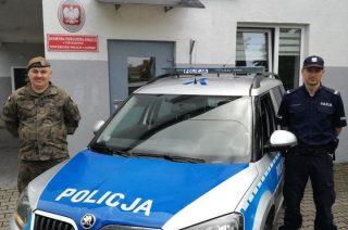 Policjant i żołnierz uratowali życie rocznej dziewczynce