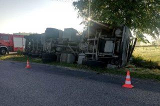 Wypadek w Giełczynie. Wywrócona ciężarówka z paszą [fot.]
