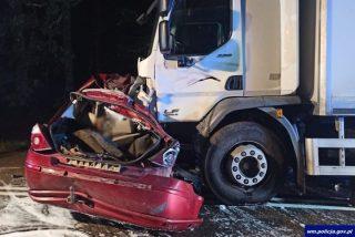 Tragedia w powiecie działdowskim. Ojciec i dwóch synów zginęli w zderzeniu z ciężarówką
